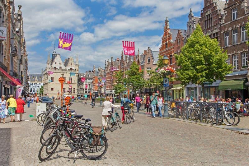 MECHELEN BELGIEN - JUNI 14, 2014: IJzerenleen gata eller fyrkant med den gotiska byggnaden av Groot Begijnhof arkivbild