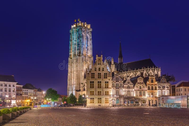 Mechelen Belgien - Maj 02, 2017: Grote Markt i Mechelen på solen arkivbilder