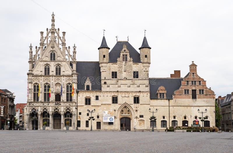 MECHELEN BELGIEN - MAJ 06, 2019: Stadshuset i Mechelen som sett från Groten Markt royaltyfri fotografi