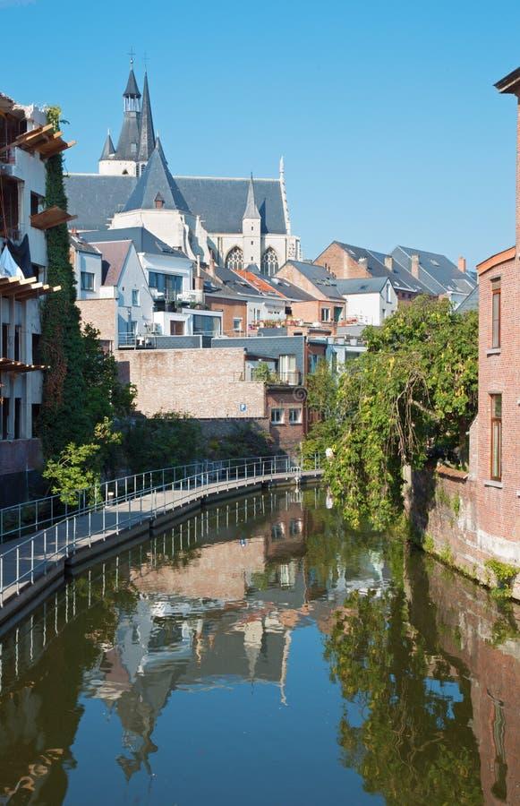 Mechelen - canal et église de notre Madame à travers le Dyle image libre de droits