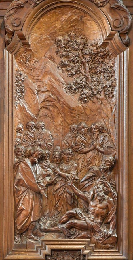 Mechelen - cud apostoł John i Peter uzdrawia chromą rzeźbiącą ulgę Ferdinand Wijnants w st Johns Janskerk lub kościół zdjęcie royalty free