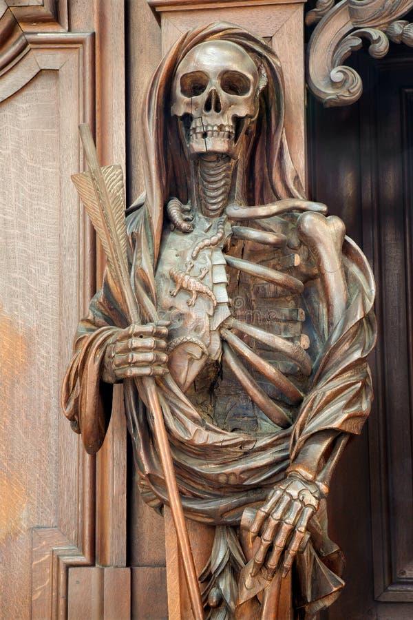 Mechelen - estatua apocalíptica tallada de la muerte de la iglesia del n-Hanswijkbasiliek Onze-Lieve-Vrouw-va foto de archivo libre de regalías
