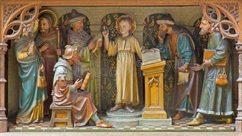 Mechelen - geschnitzte bildhauerische Gruppe - Jungen-Jesus-Unterricht im Tempel - Kirche unsere Dame über de Dyle stockbild