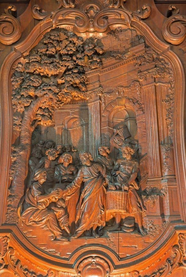 Mechelen - geschnitzte Entlastung des Wunders des Multiplizierens des Lebensmittels mit Ferdinand Wijnants in St- Johnskirche ode lizenzfreie stockfotografie