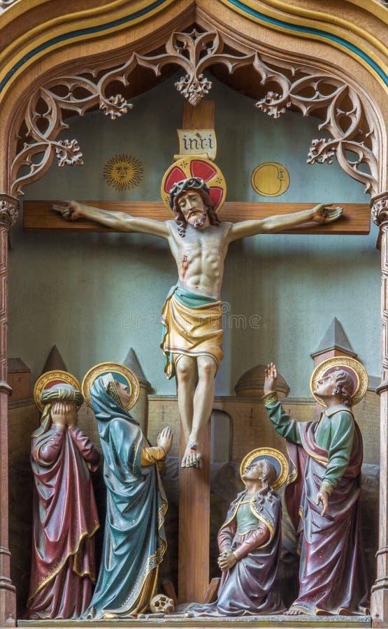 Mechelen - geschnitzte Entlastung die Kreuzigung von Jesus auf neuem gotischem Seitenaltar in der Kirche unsere Dame über de Dyle lizenzfreies stockbild