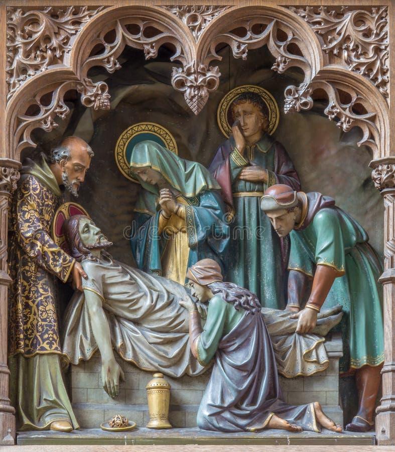 Mechelen - geschnitzte Statuen der Szene die Beerdigung von Jesus auf neuem gotischem Seitenaltar der Kirche unsere Dame über de  lizenzfreie stockfotografie