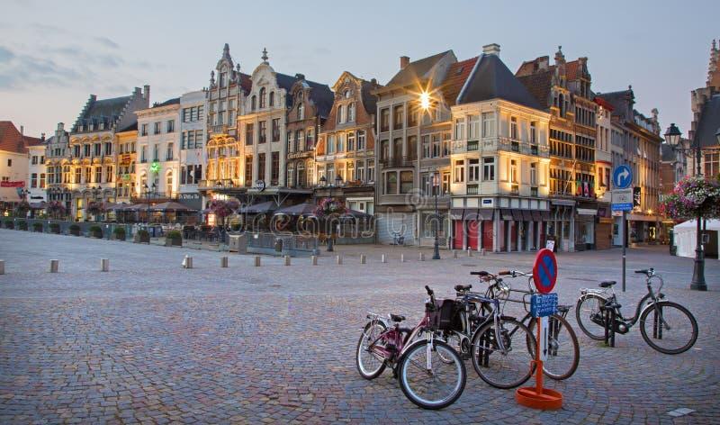 Mechelen - Grote markt i aftonskymning royaltyfria bilder