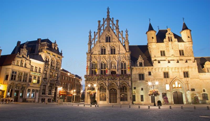 Mechelen - Grote markt och stadshus i aftonskymning arkivfoto