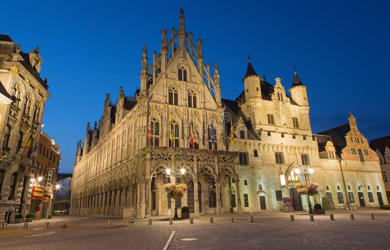 Mechelen - Grote markt och stadshus i evenigskymning arkivbilder