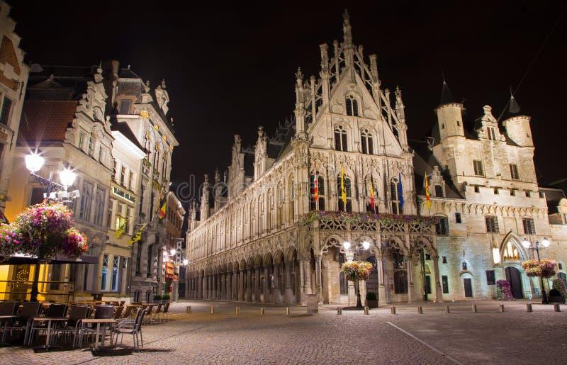 Mechelen - Grote markt och stadshus på natten arkivbilder