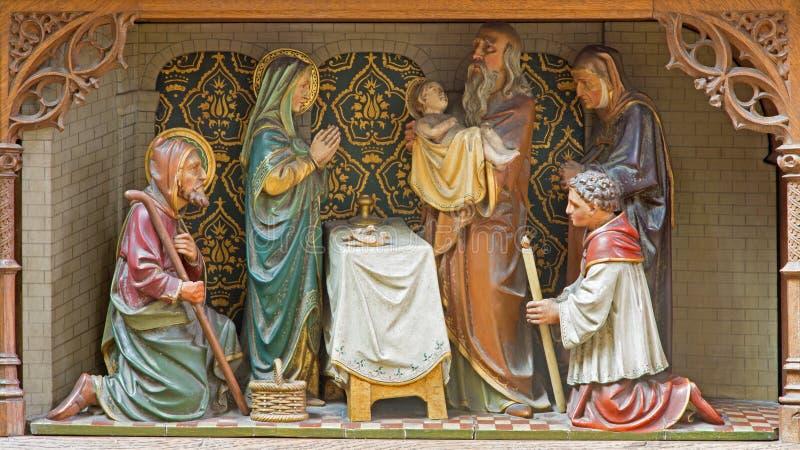 Mechelen - grupo escultural cinzelado da apresentação de Jesus no scence do templo - na igreja nossa senhora através de Dyle imagem de stock royalty free