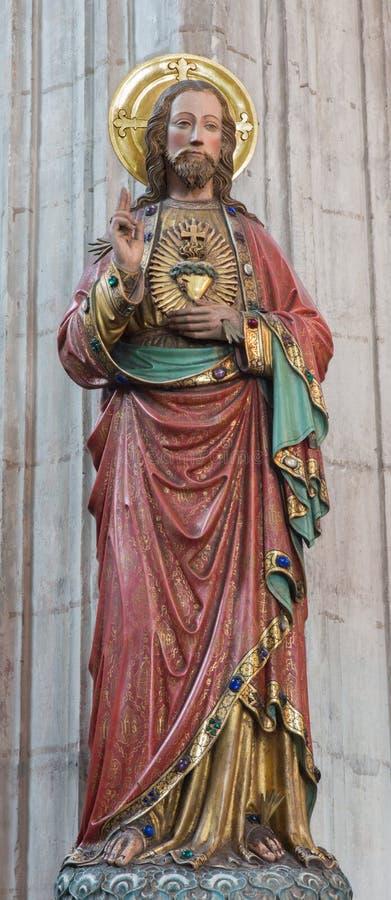 Mechelen - het gesneden en polychrome standbeeld van Hart van Jesus Christ in kerk Onze Dame over DE Dyle royalty-vrije stock foto's