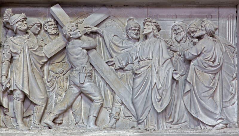 Mechelen - Kamienny reliefowy Jezus niesie jego krzyż w kościół Nasz dama przez De Dyl zdjęcia royalty free
