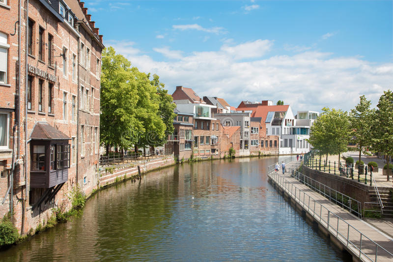 Mechelen - kanal och promenad - Belgien arkivfoton