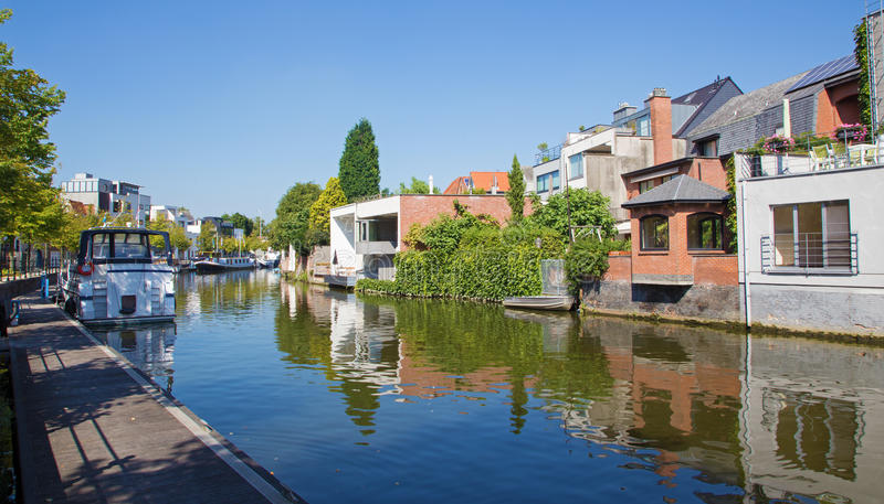 Mechelen - kanal och yachst i morgonljus royaltyfri fotografi