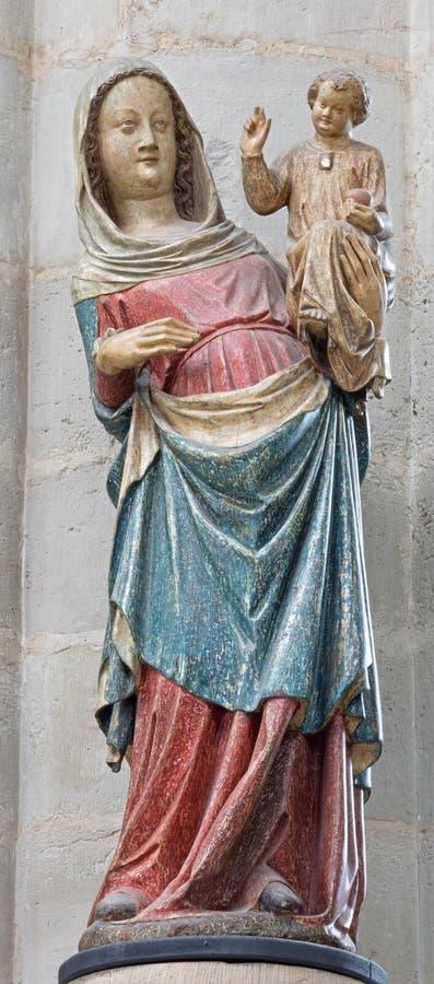 Mechelen - la estatua tallada y policroma de Madonna gótico a partir del 14 centavo en iglesia nuestra señora a través de Dyle imagen de archivo