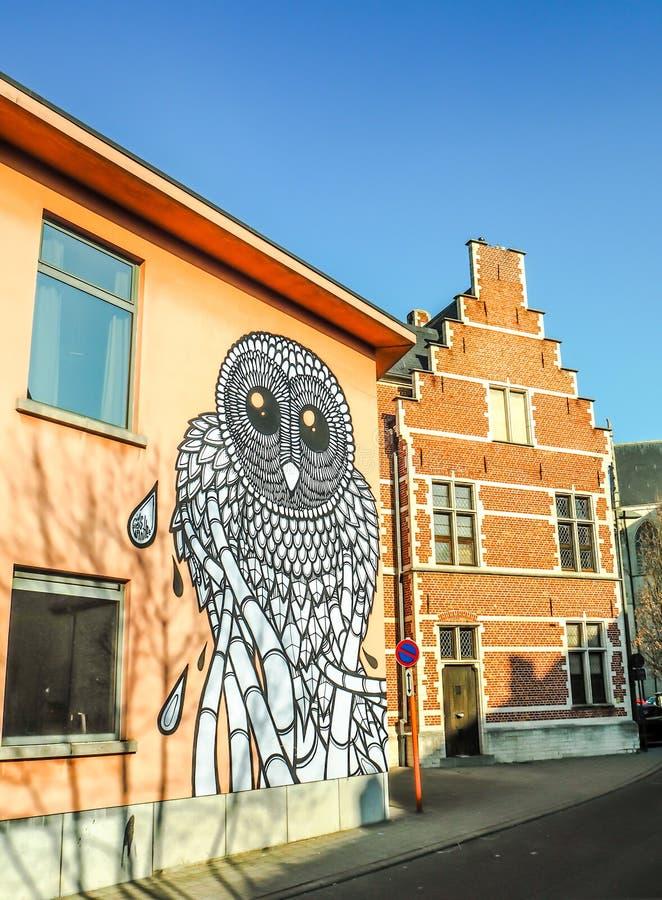Mechelen mars 2018: Gatakonst av stadskonstnären Gijs Van Hee på royaltyfria bilder