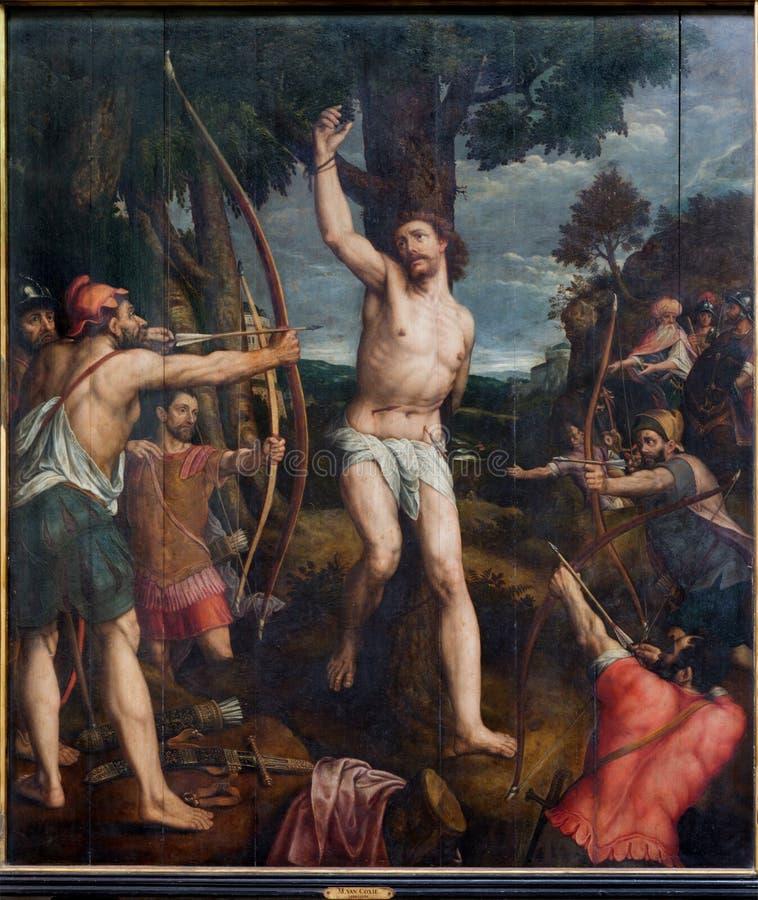Mechelen - martyrskap av St. Sebastian. Måla vid målaren Michael van Coxie från året 1499 - 1509 i domkyrka för St. Rumbolds arkivbilder
