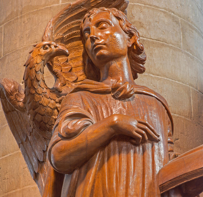 Mechelen - moderne geschnitzte Statue die Inspiration von Johannes der Evangelist durch Ferdinand Wijnants in St- Johnskirche lizenzfreie stockbilder