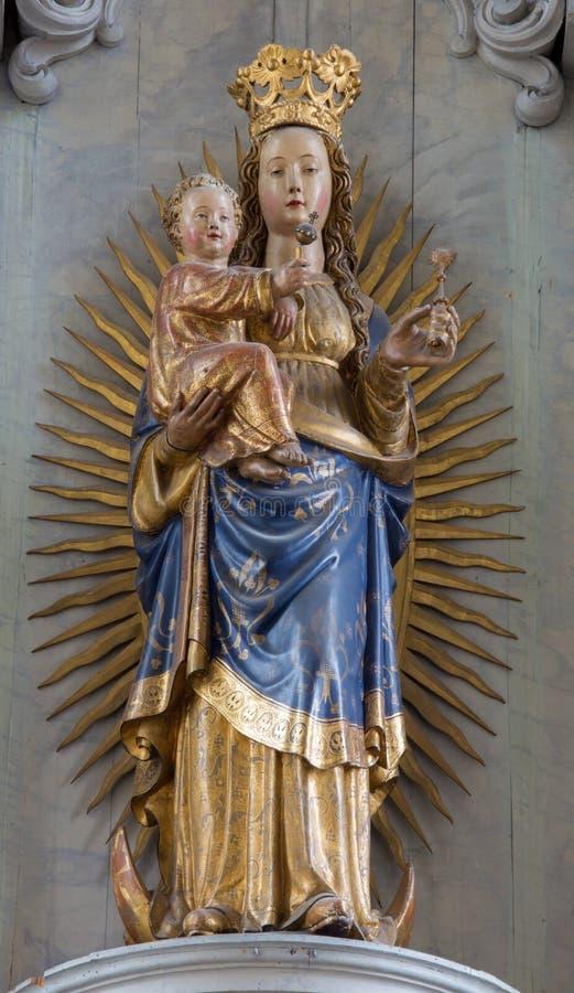 Mechelen - rzeźbiąca i polichromująca statua madonna w kościół Nasz dama przez De Dyl zdjęcie royalty free