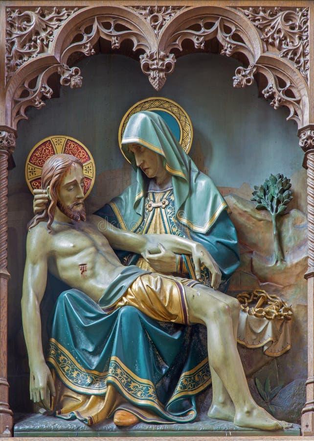 Mechelen - Rzeźbiąca statua Pieta na nowym gothic bocznym ołtarzu kościół Nasz dama przez De Dyl zdjęcie royalty free