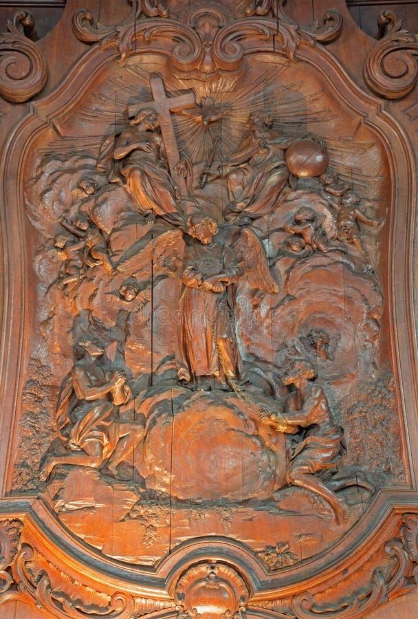 Mechelen - rzeźbiąca ulga dwa niewolnika z aniołem i Świętej trójca Ferdinand Wijnants w st Johns Janskerk lub kościół zdjęcia stock
