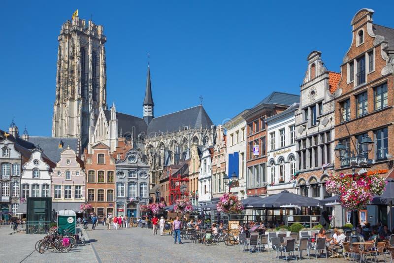 MECHELEN - SEPTEMBER 4: Grote markt och för ` s för St Rumbold domkyrka arkivbild