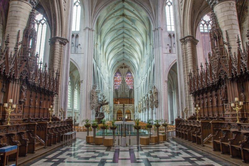 Mechelen - skepp av domkyrkan för St. Rumbolds från presbyteriet arkivfoto