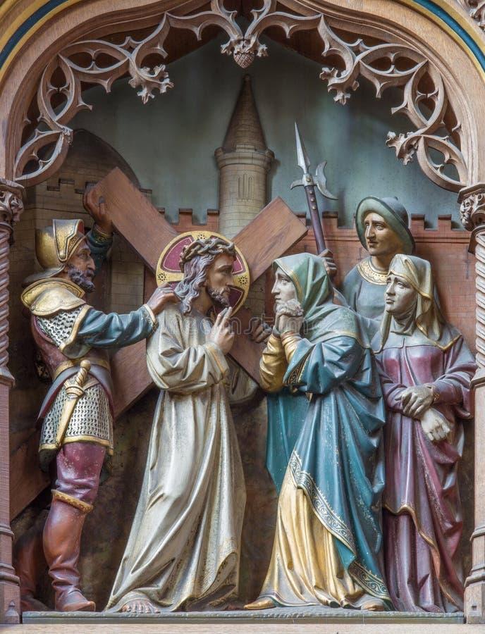 Mechelen - sned statyer av platsen Jesus möter hans moder på det nya gotiska sidoaltaret av kyrkan vår dam över de Dyle arkivbilder