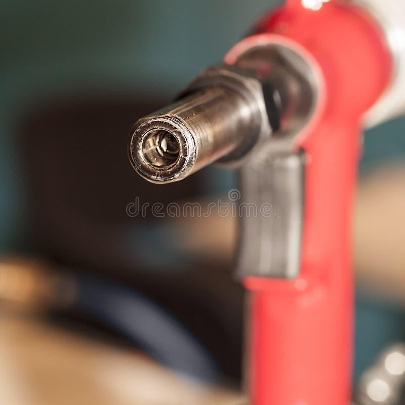 Mechero de gas rojo para calentar la superficie de la pieza foto de archivo