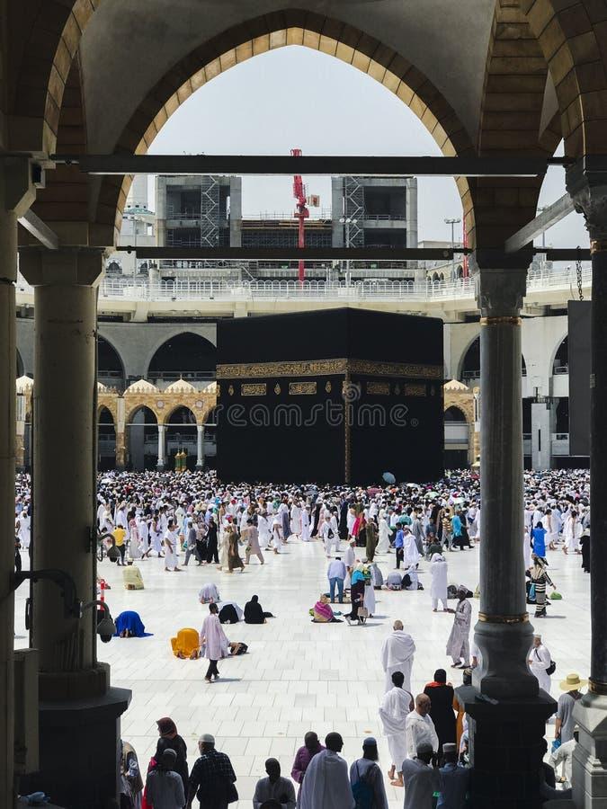 MECKA SAUDIER ARABIEN JUNI 4, 2019: Muselmanen vallfärdar för att circumambulate Kaabaen från bottenvåning av den Haram moskén Mu royaltyfri fotografi