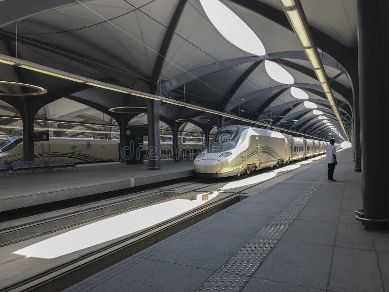 MECQUE, ARABIE SAOUDITE - 27 MAI 2019 : Un homme non identifié regarde dessus la gare ferroviaire à grande vitesse de HSR dans Me photos libres de droits