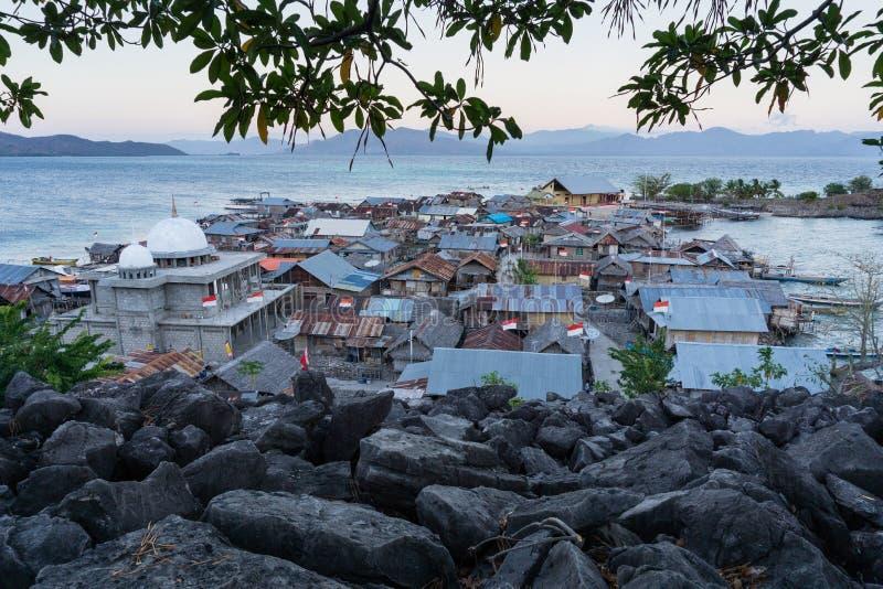 Meczet na ma?ej wyspy p??nocy wyspa Flores Indonesia z li??mi jako przedpole i otaczaj?cymi b??kitnymi morzami i nim obraz stock