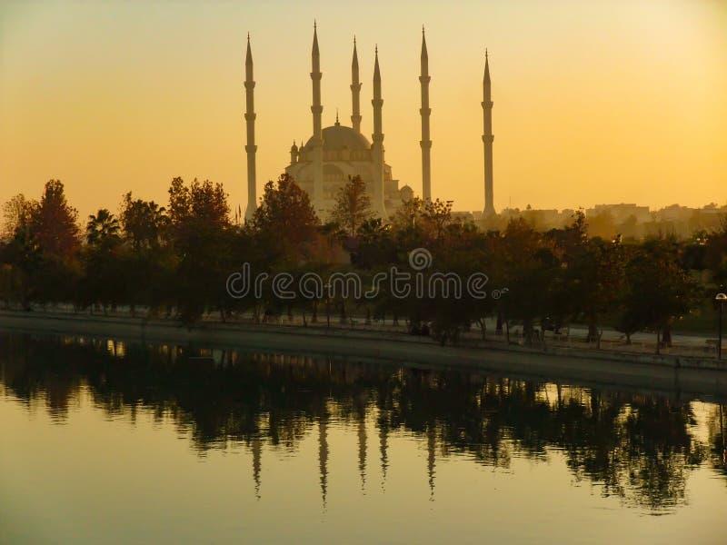 Meczet przy zmierzchem, jeziorem i odbiciem, Adana Merkez Meczetowy Camii, Turcja obraz royalty free