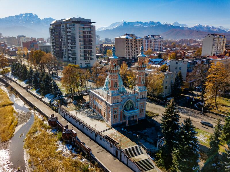 Meczet Sunnite Muchtarow we Władykaukazie, widok z powietrza zdjęcia royalty free