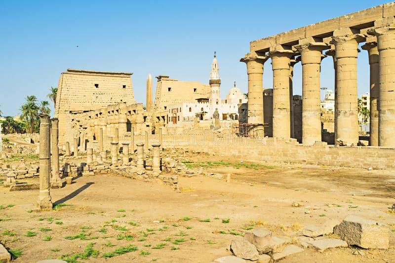 Meczet wśród ruin zdjęcie stock