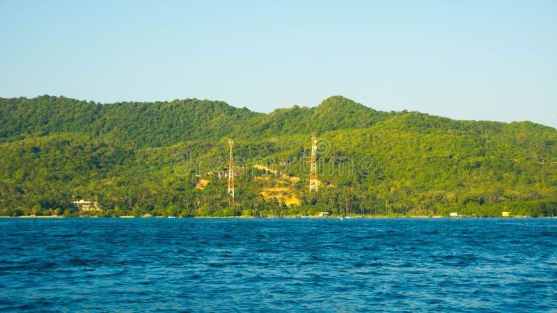 Meczet w wyspy dużej zieleni z głębokim błękitnym ciemnym dennym widokiem w odległości w karimun jawie zdjęcie stock