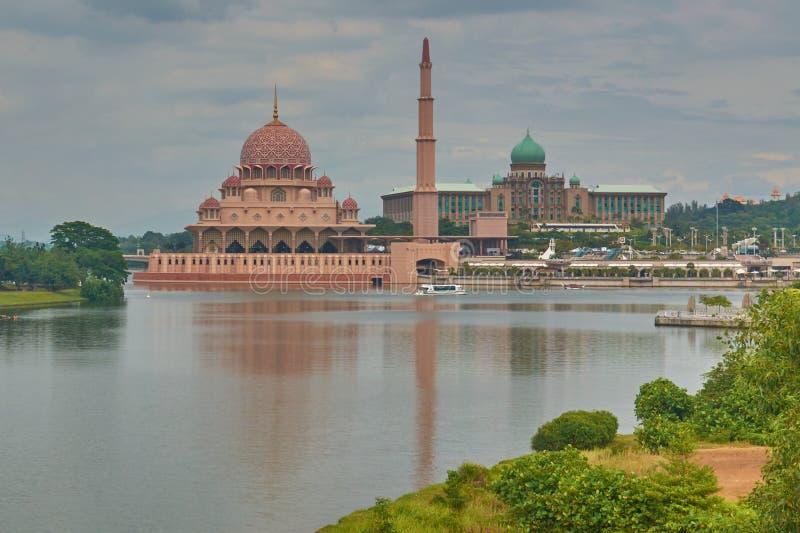 Meczet z minaretem i sułtanu pałac na bankach jezioro, obrazy royalty free