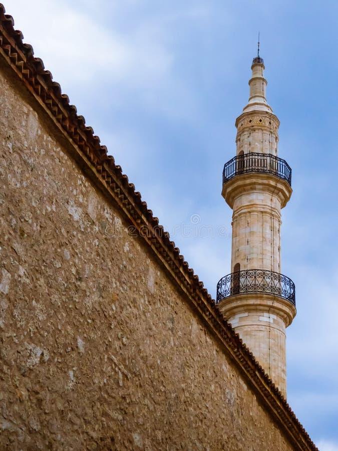Meczetu wierza z dużą ścianą przed nim fotografia stock