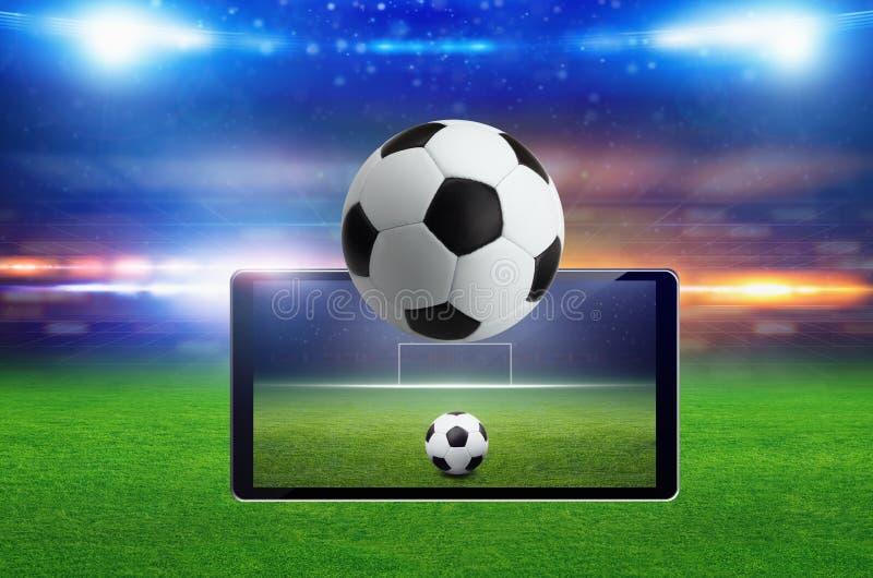 Meczu piłkarskiego online pojęcie, zielony boisko do piłki nożnej, jaskrawy światło reflektorów obraz royalty free