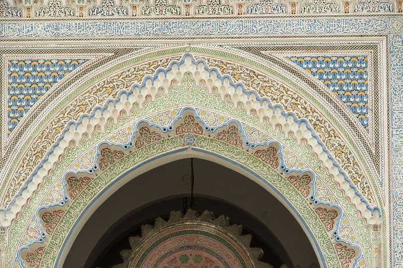 Decorated hänrycker av en moské i Fes, Marocko royaltyfria bilder