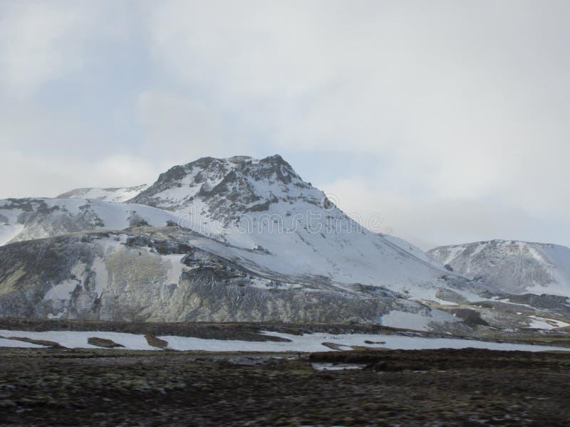 Med is bergmaximum nära Reykjavik royaltyfria foton