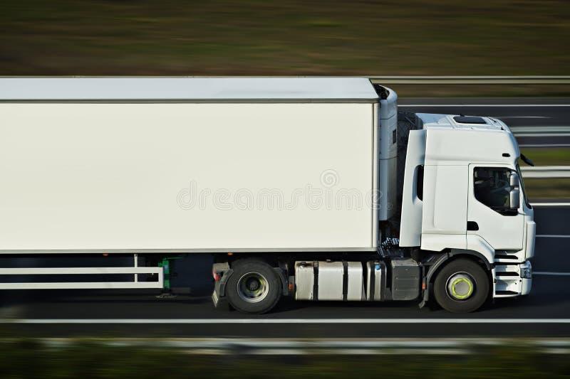 Med den halva lastbilen arkivbilder