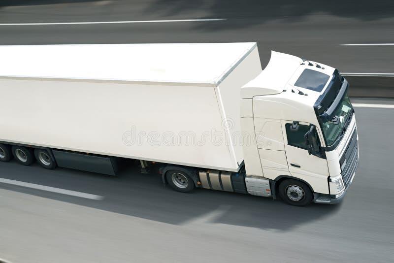 Med den halva lastbilen royaltyfri fotografi