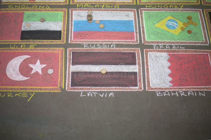 Med färgpennor drog flaggor på asfalten arkivbild