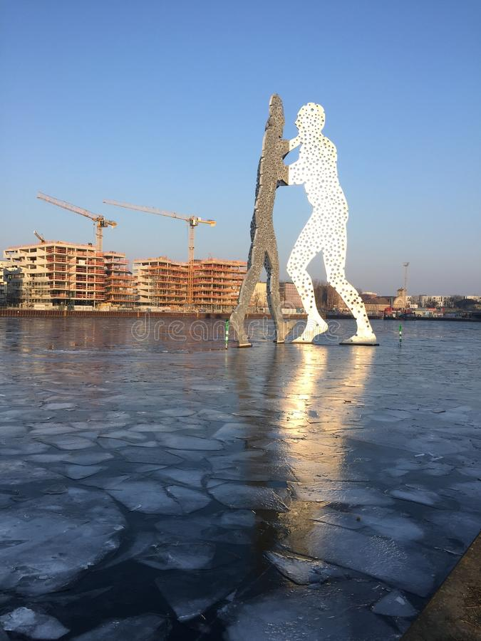 Med is flodfest med den populära gränsmärkemolekylmannen i Berlin arkivbild
