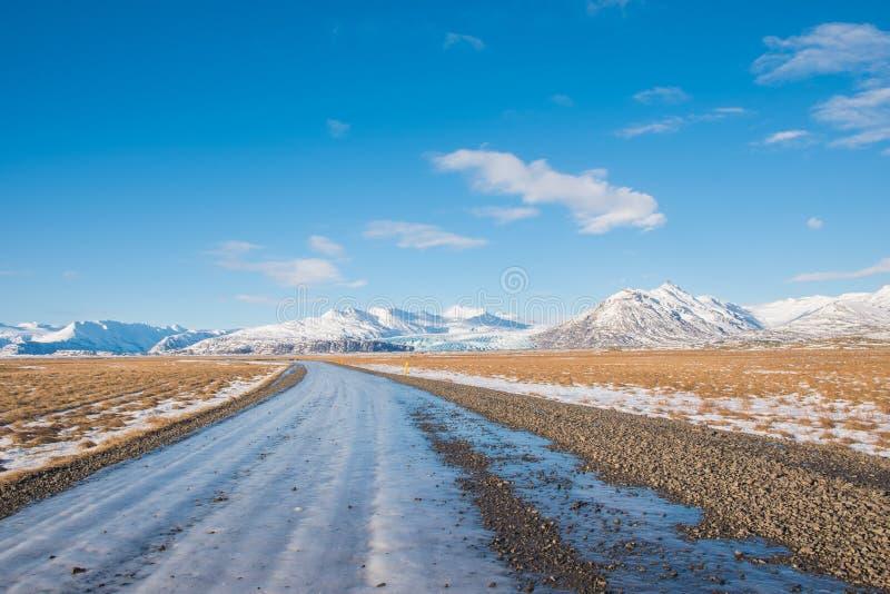 Med is grusväg på den icelandic bygden royaltyfri foto