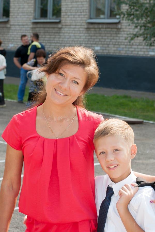 Med hans near skolamamma för son arkivfoton