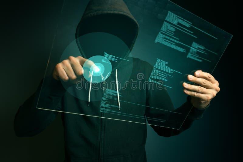 Med huva datoren hacker som hackar biometric säkerhetsinternetsyste arkivfoto