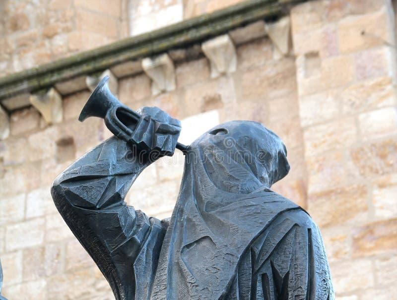 Med huva staty vid domkyrkan i centrala Zamora Spanien royaltyfria bilder